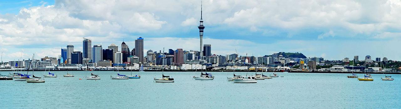 A Vitorlák városaként is nevezett Auckland Új-Zéland legnagyobb városa, ami a világ negyedik legélhetőbb városa előkelő címet kapta. Ebből következik, hogy európai szemmel nézve is kényelmes, nyugati stílusú, nívós kikapcsolódásban lehet része annak, aki ide látogat. Auckland multikulturális város; egyik nap beülhetünk egy rangos tenisztornára, másnap pedig a tradicionális maori harci tánc, a haka bemutatójára. A haka eljárása egyébként az új-zélandi fociválogatott hagyománya is, a sportesemények egyik legkülönlegesebb színfoltja.  Az autentikus maori kultúra élő hagyomány a szigeten, olyannyira, hogy a Mount Eden vulkáni krátere a mai napig szent hely, ennél fogva nem látogatható a túristák számára. Távolról lehet csupán körbejárni, de a 360 fokos gyönyörű panoráma kárpótol a tilalomért.