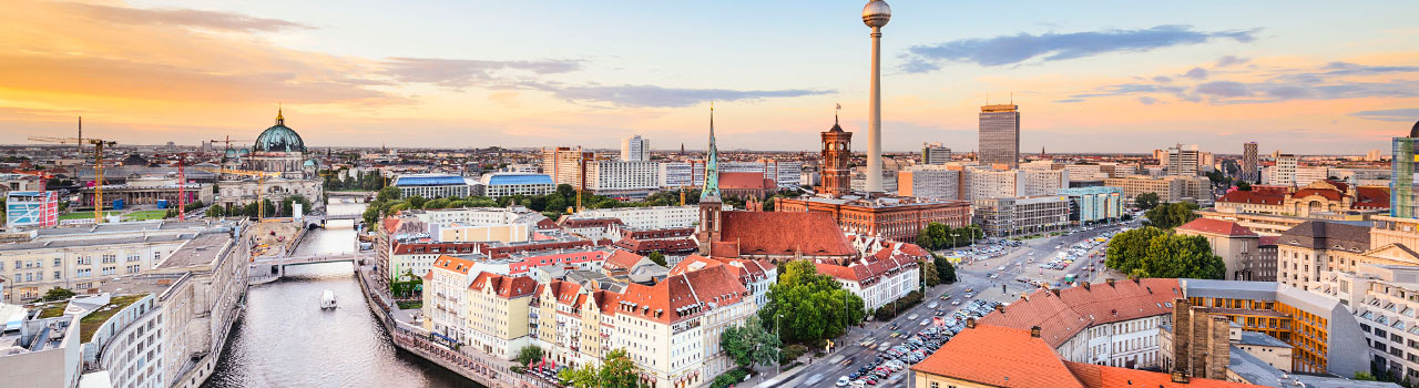 Berlin, az ország fővárosa és az egyik leghangulatosabb és legszínesebb német város. Ellátogatva a Berlini fal megmaradt részéhez, bepillantást nyerünk nem csak a német, de hazánk történelmének baljós időszakába is. Berlin maga az élő történelem, a múzeumok és a kultúra citadellája, melyet a Múzeum-sziget 5 lenyűgöző létesíténye is bizonyít. Mindezek mellett ízlésesen vonták be a modern építészet. A Schloss Charlottenburg palota és csodálatos parkja, a Tegel-i, vagy a Spandau-i erdő, a Szent Hedvig katedrális, csak néhány Berlin csodálatos látványosságai közül. Berlinben járva érdemes időt szentelnünk a Brandenburgi kapu megtekintésére, amely az akropoliszi mintára készült oszlopaival nemcsak Berlin, de egész Németország jelképe is.