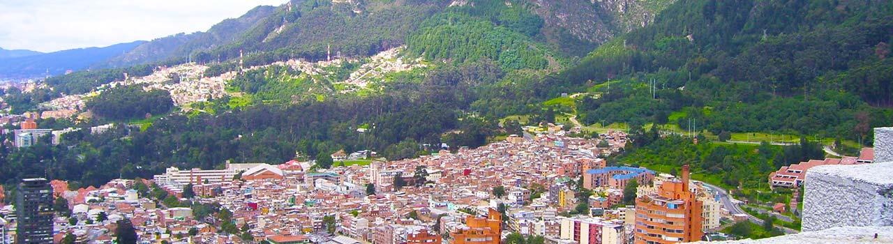 Bogota méretei gigásziak. Hatalmas hegyláncok veszik körül, 2600m magasságban fekszik. Igazi látványosság, hogy vasárnaponként lezárják a főutakat az autósok elől és a biciklisek, görkorcsolyázók veszik birtokba az utakat a járókelők mellett. A turistáknak a belvárosban van a legtöbb látnivaló. A Museo de Oro aranytárgy kiállítását nem lehet kihagyni, sem a Gabriel Garcia Márquez kulturális központot, vagy a Botero-múzeumot, ahol Picasso és Miro festményeit is megcsodálhatjuk. Mindemellett Bogota városát is áthatja esténként a salsa ritmusa és hangulata, így az esti kikapcsolódás is garantált.
