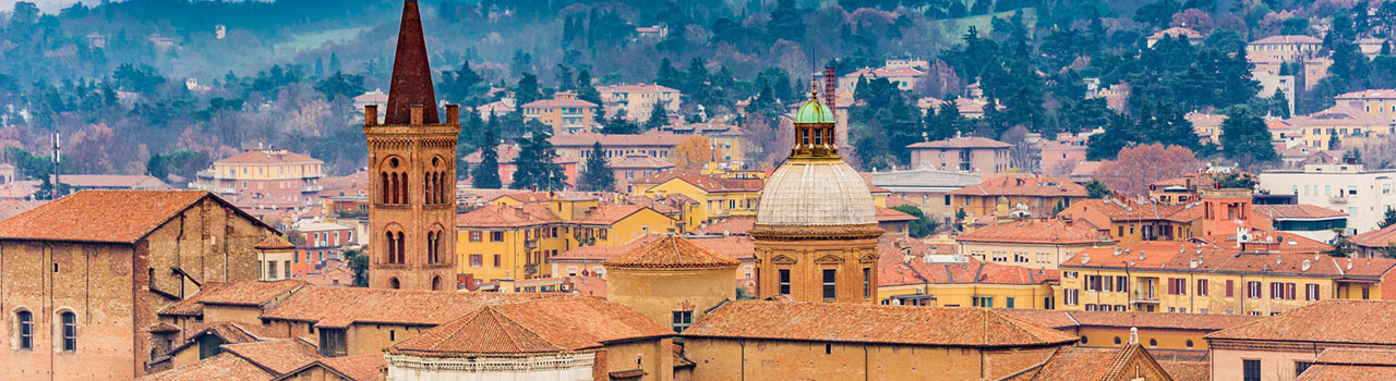 Az UNIBO, az Alma Mater Studiorium Universita di Bologna, azaz a világ legrégebbi, 1088-ban alapított egyeteme. Bologna egyetemének különlegessége, hogy mind a világi, mind az egyházi hatalmasságoktól függetlenül működhetett. AZ UNIBO mellett a Piazza Maggiore és a Bazilika a város leglátogatottabb látványosságai, de a Santo Domenico gótikus kápolnái is kihagyhatatlan építészeti remekművek. Ha valakit kevésbé érdekel a történelem és az építészet, akkor hódolhat a még Olaszországban is egyedülállónak számító bolognai gasztronómiának. Az autócsodák szerelmeseinek pedig a Maserati, a Ducati és a Lamborghini otthonaként funkcionál a város. Aki pedig igazi ferde tornyot szeretne látni, az látogasson el a Garisenda-toronyhoz.