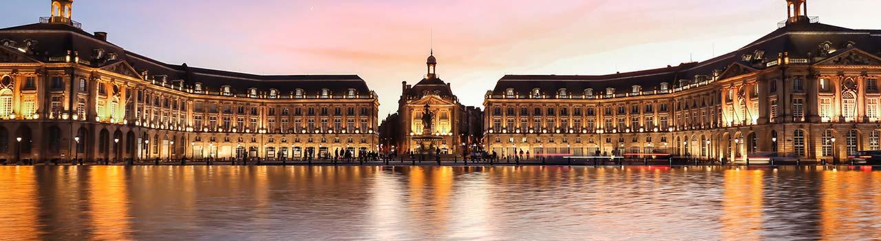 Bordeaux egyik leghíresebb régiója a Porte de la Lune, azaz a Régi Kikötő, mely a Világörökség része megtisztelő címet kapta. Eme státusszal talán csak a híres-neves bordói bor minősége vetekedhet, ami a borturizmus központjává emeli a várost. A 200 éves, 8000 m2 alapterületű Millésima Bor Trezorban őrzik Franciaország leghíresebb bortermő vidékeinek nedűit, mintegy 200 000 palackot. A közel ötezer, túlnyomórészt barokk és gótikus stílusú építészeti látványosságnak köszönhetően Bordeaux mondhatni az építészek, történészek és művészettörténészek kézzel fogható tanulmánytára; itt található többek között a Szent András-katedrális és a Palais Rohan. Fotósorozat után kívánkozik a XV. Lajos által építtetett Börzepalota és Bordeaux 1,2 km hosszú bevásárlóutcája, a Rue Sainte Catherine, ahol számos bolt, kávézó és söröző mellett a királyi pompával díszített Lafayette áruház várja az utazókat.