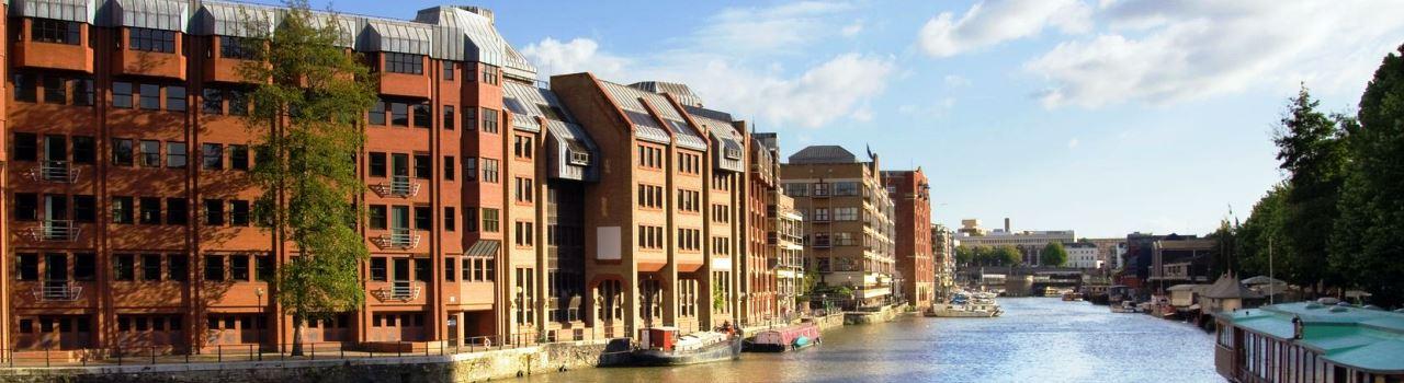 Bristol híres kikötőváros. Akit érdekelnek a hajók és a történelem, az mindenképpen tekintse meg a világ első, SS Great Britain névre keresztelt, nagy óceánjáróját. Bristol az építészet és művészet kedvelőinek is számos látnivalót tartogat, mint például a Clifton függőhídat, a Blaise Kastélyt vagy az Arnolfini galériát, és persze ne lepődjön meg, ha az utcákon sétálgatva egy-egy Banksy alkotásra lesz figyelmes.