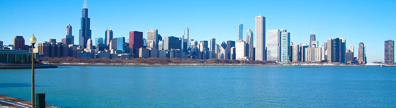 Chicago, a szeles város, a zene, az irodalom, a filmek és természetesen a sportrajongók otthona. Egyik legnagyobb jellegzetessége a Millennium Park, ahol szinte kötelező képet készíteni a tükröződő Felhőkapu szoborról. Aki ezen túl van, az sétáljon el a Buckingham szökőkúthoz, majd tekintsen le a városra a 360 CHICAGO observation deck épületéből. Chicago garantáltan életreszóló élményeket tartogat mindenki számára.