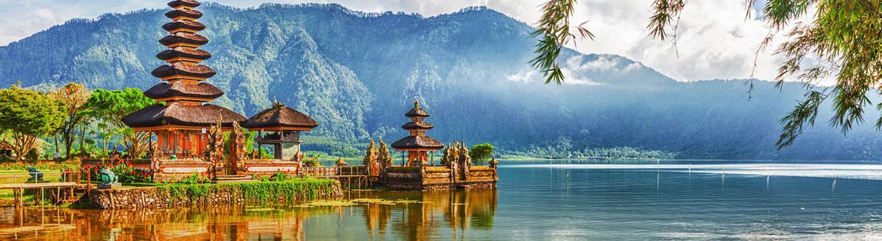 Aki egy nyugodt, természetközeli nyaralásra vágyik, annak tökéletes választás Bali, Indonézia talán legnépszerűbb szigete. A paradicsomi környezeten túl hangulatos életképek, csodás rizsföldek, balinéz szentélyek, utcai oltárok ragadják magukkal az érdeklődőket. Bali kultúrája legalább annyira izgalmas, mint maga a helyszín. Lakosainak vendégszeretete tökéletesen ellensúlyozza a kissé kiépületlen infrastruktúrát. A vizisportok kedvelői és a romantikus idillre vágyók egyaránt megtalálják Balin azt amire vágynak.
