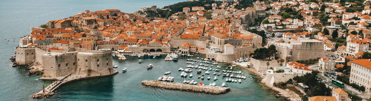 Dubrovnik Horvátország egyik legszebb és legnépszerűbb városa, ezzel együtt talán a legforgalmasabb is, különösképp a főszezonban.