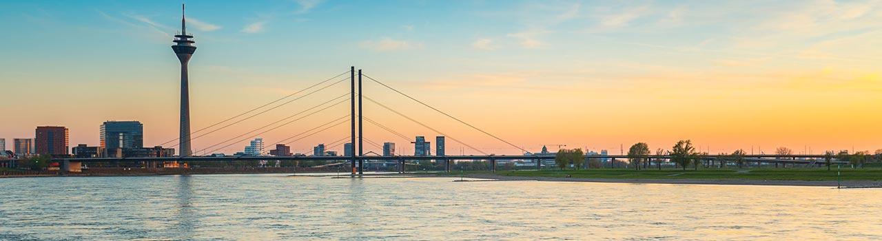 Németország egyik kiemelkedő üzleti és pénzügyi központja Düsseldorf. Az egész város szinte látványosságokból áll. Itt találjuk a világ leghosszabb pultját, a közel 300 vendéglőből, sörözőből és kávézóból álló utcát. A Rajna partján találjuk az Operaházat, rengeteg színház és koncertterem mellett. A modern és a kortárs művészetek szerelmesei egyaránt kedvükre válogathatnak az igényes múzeumok és galériák sokasága között. A legismertebbek, az Észak-Rajna-Vesztfáliai Művészeti Gyűjtemény, és a Remise autómúzeum. Hajózhatunk a Rajnán, vagy végigsétálhatunk a Königsallee-n (KÖ), Németország legelegánsabb boulvardján. A Hofgarten hatalmas és gyönyörű parkja, a régies hangulatú sörözők, és az óváros további temérdek látnivalót tartogat számunkra.