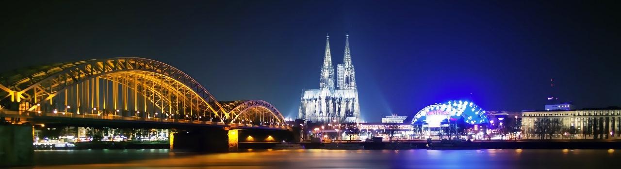 Köln egy 2000 éves történelemmel rendelkező város, így épületei különböző stílusok lenyomatait hordozzák magukon. A város szimbóluma a kölni dóm, egy látványos gótikus székesegyház. Kölnben járva semmiképpen se hagyja ki a programjából a Ludwig múzeumot, vagy az édes élményeket nyújtó csokoládémúzeumot. A város mindezek mellett irodalmi szempontból is jelentős, főként Goethe verseiben találkozhatott vele, illetve Bartók Béla, A csodálatos mandarin című balettjét is itt mutatták be.