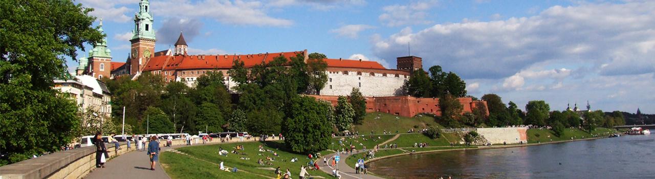 Krakkó egy gyönyörű középkori hangulatot árasztó lengyel város. A Főtere adja a város szívét, amit egykor Európa legnagyobb főterének tartottak. Tovább haladva megpillanthatjuk a régi városháza tornyát, a Mária templomot és Michiewitz monumentális emlékművét, amely lélegzetelállító látványosság. Krakkó városában járva két épületet mindenképpen látnia kell az embernek. Az egyik a székesegyház, a másik a királyi palota. A könnyedebb látnivalókat kedvelők ellátogathatnak a piactérre, a posztócsarnokba, vagy akár a földalatti múzeumba. Az élményekkel teli nap lezárására a legtökéletesebb hely a Starka, ahol igazi helyi ízeket és tradícionális lengyel ételeket kóstolhatunk.