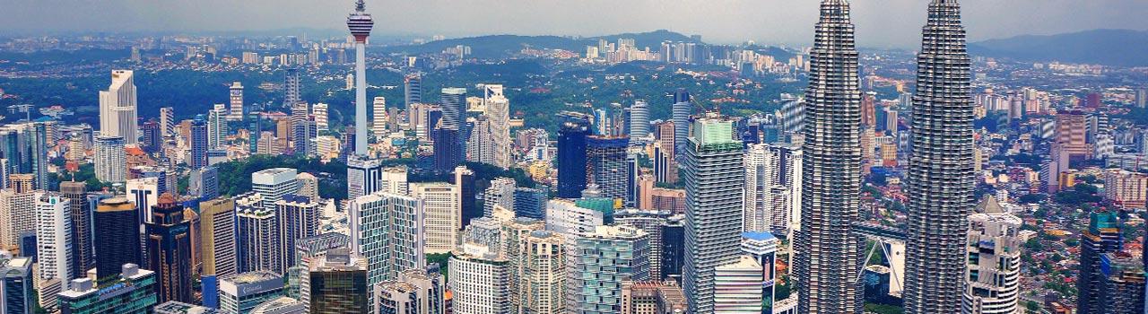 Kuala Lumpur egy kulturális központ, ahol a régi és a modern egyaránt megmutatkozik. Gondoljunk csak a hindu Sri Mahamariamman-templomra és a 88 emeletes Petronas-ikertoronyra. Aki szeret vásárolni és főként alkudozni, semmiképp se hagyja ki a piacot, ahol megtapasztalhatja Kuala Lumpur igazi, jellegzetes hangulatát.