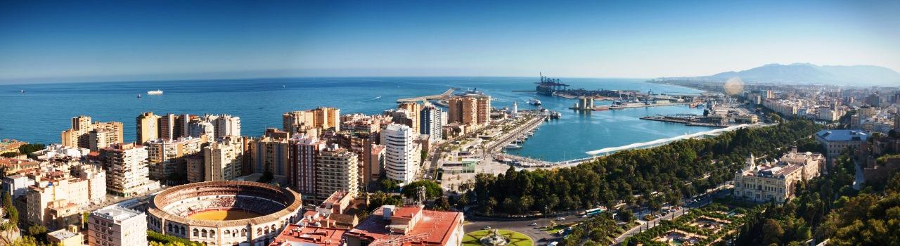 Picasso szülővárosa, mennyei borok hazája, kiemelkedő gasztronómia élmények, a mór várak és erődítmények festői szépségű helyszíne Malaga. Aki valódi izgalmakra vágyik, annak a Plaza de Toros arénája kínálja a bikaviadalok felfűtött hangulatát vasárnaponként. A békésebb kikapcsolódást kedvelők számára a Costa del Sol igazi tengerparti pihenéssel szolgál, míg a Gibralfalo várból letekintve a városra csodálatos látkép tárul elénk. A művészetek iránt érdeklődőknek az óvárosban található Catedral La Manquita katedrális kínál felejthetetlen élményeket, ahol több híres festő mellett akár Goya festményeit is megcsodálhatjuk.