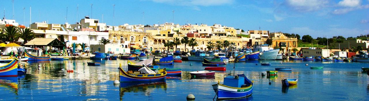 Máltán kristálytiszta, azúrkék tengber várja az idelátogatókat. Igazi paradicsomi hely a vizisportok szerelmeseinek. Egyedi építészeti stílusok, egzotikus növény és állatvilág, mosolygós, kedves emberek. Kiránduljunk egyet komppal Gozo, hajóval Comino szigetére, vagy Mdina történelmi városába. Kóstoljuk meg a tengeri finomságokat, és engedjük, hogy Málta a színes kis házaival elvarázsoljon minket.