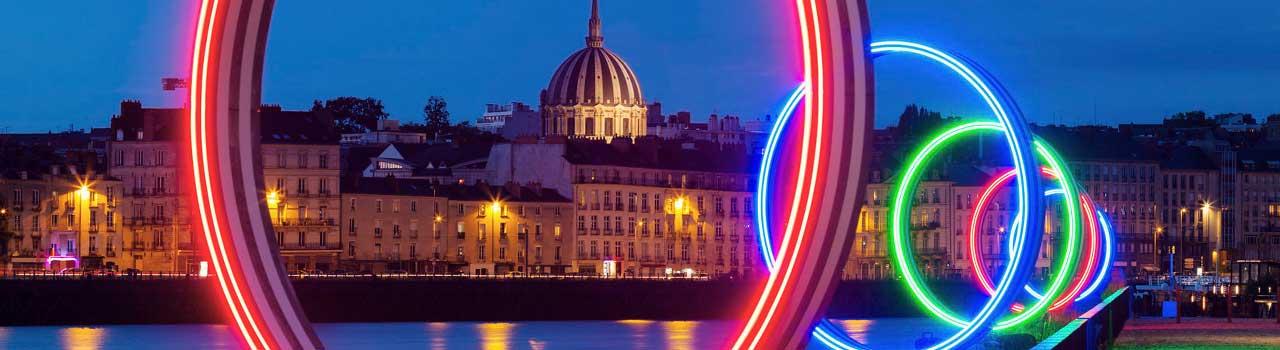 Nantes igazi nagyváros Franciaország nyugati részén. Mesébe illő hangulatot áraszt a két folyó, a Loire és az Erdre, ahol hosszú sétákat lehet tenni partjaikon, de autóba ülve pillanatok alatt az óceán partján találhatjuk magunkat. A helyiek tisztelettudóak, kedvesek a turistákkal, ami sok szempontból fontos szempont lehet egy nyaralásnál. Mindemellett bizonyos tekintetben lazák, vidámak és életszeretők. Éttermeikben finomak az ételek, klasszikus ízekkel marasztalják az oda látogatót. Bretagne közelség is rendkívüli látnivalókat kínél, mint például a Bretagne-i hercegi kastély, a Saint-Pierre és a Saint-Paul katedrálisok. Nantes városát azonban vétek lenni elhagyni a helyi specialitás, a muskotályos pincészetek meglátogatása nélkül.