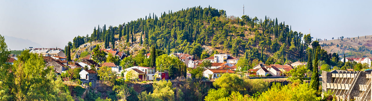 Podgorica Montenegro fővárosa, kirándulási lehetőségek szempontjából optimális választás lehet, mivel innen könnyedén bejárható Montenegro összes látnivalója. Megközelíthaető Podgorica-ból a Skadar tó, bejárhatjuk a Zeta völgyet, vagy egy könnyedebb túrával a Cijevna vízesés is elérhető távolságban van.