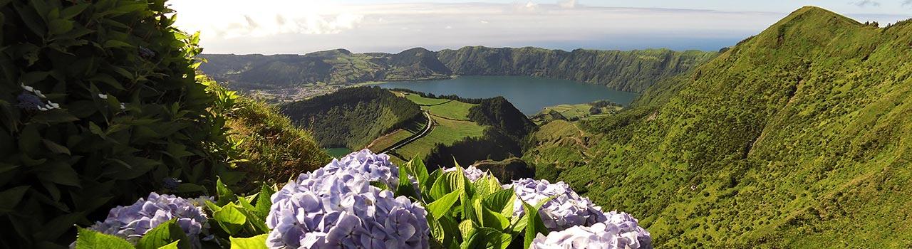 A vallási szempontból jelentős Ponta Delgada városa egy ismert búcsújáró hely. Számos katolikus látogat el ide szeptemberben, hogy imát mondjanak a megfeszített Krisztus faszobra előtt. Ezen kívül itt található a Háromkirályok (Reis Magos) kápolnája is. Ponta Delgada az Azori-szigetek fővárosa, mely környékén számos delfin és bálna él, így egy-egy hajóút alkalmával szinte biztos, hogy láthatja ezeket a csodás élőlényeket.