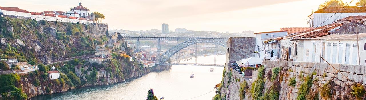 Porto egy igazi gyöngyszem, azt sem túlzás állítani, hogy Portugália talán legszebb városa. Óvárosa a világörökség része, rengeteg könyvesbolttal, ami például a Harry Potter regényeket is ihlette. Borbarátoknak kihagyhatatlan állomás Porto borkóstolós negyede, a Vila Nova de Gaia, de felejthetetlen élményeket szerezhetünk  a Ribiera negyedben is, vagy a régi kikötő, a Mole des Cais da Ribiera környékén.