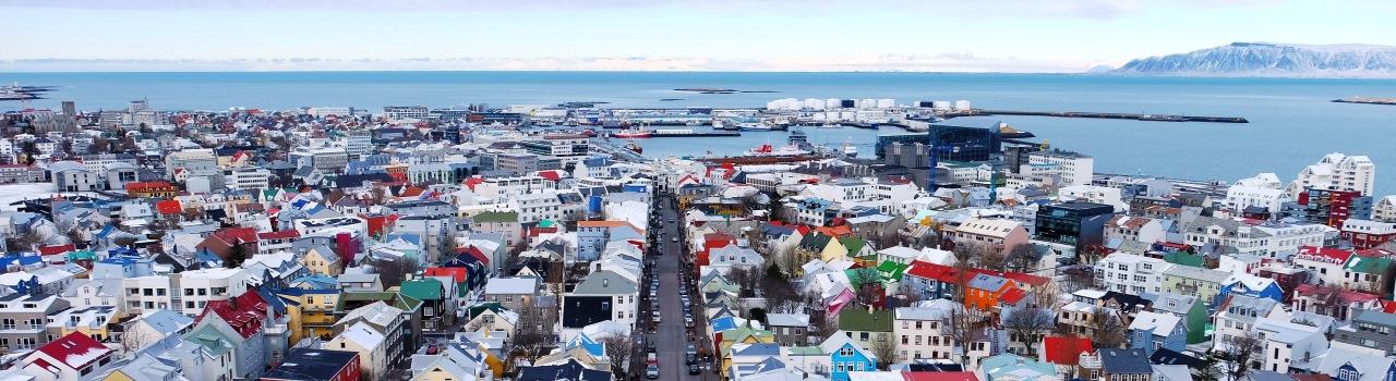 A fürdők kedvelői igazán jól érezhetik itt magukat, hiszen Reykjavík geotermikus forrásokban és luxusfürdőkben bővelkedő város. Miután feltöltődött, sétáljon végig Reykjavík híres utcáján, a Laugarvegurinn-en, majd vacsorázzon a közkedvelt Perlan-ban, melynek teraszáról gyönyörű látkép tárul elénk.