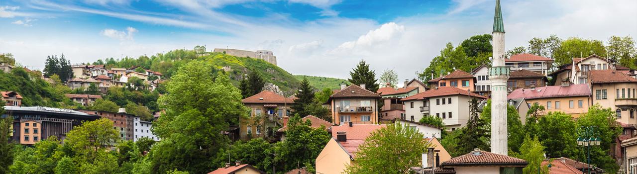 Szarajevo igazi történelmi város. Egyedülálló légkörét a különböző kultúrákból álló lakossága adj. A város törénetének négy nagy vallási csoportja által épített különböző kultúrális javak talán az egész világon egyedülállóvá teszik Szarajevót, hiszen viszonylag kis területen belül megtalálható itt templom, mecset és zsinagóga egyaránt. A várost körülvevő hegykoszorú kitűnő kirándulóhely és síparadicsom, a téli sportok kedvelőinek. Szarajevó telis-tele van műemlékekkel. Aki ezeket végigjárja biztosan el fog fáradni, de cserébe olyan élményeket tudhat magáénak, amit soha nem fog elfelejteni.