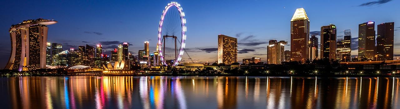 Szingapúr utcáin járva rengeteg ételárussal találkozhatunk, így hát nem érdemes kihagyni egy kóstolást, a helyi fogásokból. A városi séta után ellátogathatunk a Gardens by the Bay kertjébe, ahol napenergiát gyűjtő fákat láthatunk, majd megismerhetjük a környék állatvilágát a Siloso-erőd-ben. Végül felmehetünk a Sands SkyPark kilátójába, hogy letekinthessünk Szingapúr csodás városára a felhők közül. Biztos, hogy felejthetetlen élményekkel leszünk gazdagabbak.