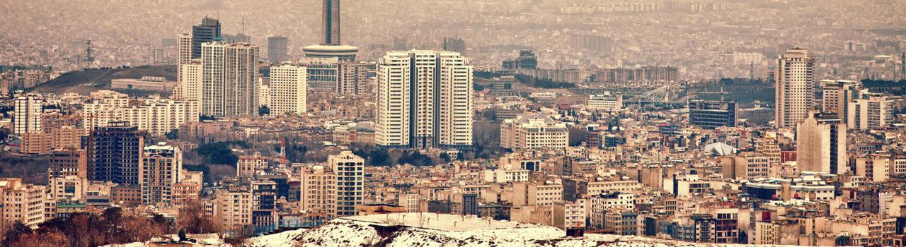Teherán városa, a hósipkás Alborz hegység lábánál húzódó fennsíkon helyezkedik el. Klímája a nagy szintkülönbség miatt megoszlik. Aki Teheránba látogat olyan épületekben gyönyörködhet, mint a Niavara palota, amely sokáig királyi palotaként működöt, vagy a Golesztán palota, melynek szomszédságában található a bazár. Az Azadi-torony, az ország jelképe, illetve a Khomeini - mauzóleum is itt található, amely lényegében egy grandiózus mecset. Érdemes tehát feltérképezni a várost, hogy lássuk Teherán igazi arcát, ami annak ellenére, hogy kissé kopottas, mégis egy igazi lüktető, élettel teli metropolisz.
