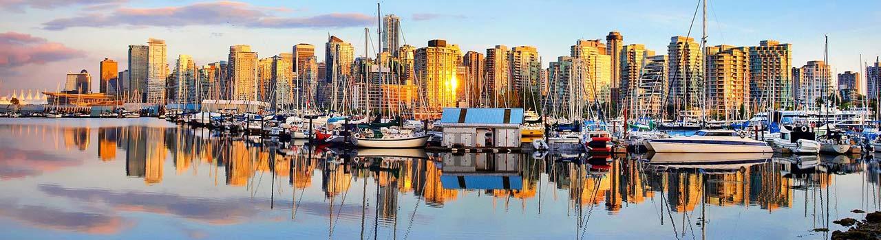 Vancouver-ben járva fedezze fel a város függőhídjait, vagy járja be az olimpiai helyszíneket. A zöld övezetekben gazdag Vancouver híres parkja a Stanley Park. Az itt található Seawall-on csak a legbátrabbak mernek átsétálni. A művészetek kedvelőinek ajánljuk a Vancouver Művészeti Galériát és a Kortárs Művészetek Múzeumát. Nyáron a Kitsilano partvonal és az English Bay nyújt ideális helyszíneket a strandolni vágyóknak.