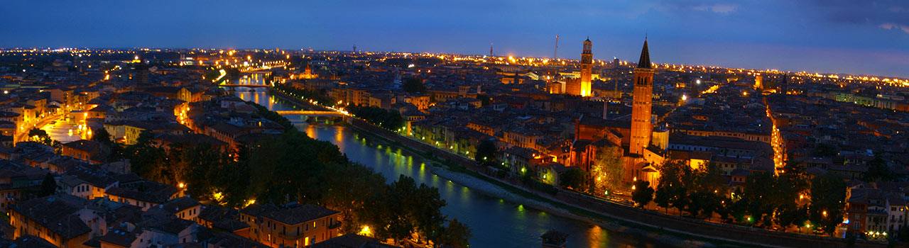 Verona, Észak-Itália közigazgatási központja. Ősi város az Adige folyó kanyarultában és a Garda tó közelében. Verona híres látnivalói a rózsaszín mészkőből épült palota, az anfiteátrum (Arena Verona) és a Piazza Bra, ahonnan könnyen bejárható az egész város is. A számos, hangulatos épület és operaház hangulata varázslatos, ezektől vált Európa egyik legromantikusabb városává Verona. Történelmi értékei Világörökségi részét képzik. Veronából kirándulhatunk a környező városokba is. Milánó, Padova és Velence, illetve a Garda tó közelsége tökéletes kiindulóponttá teszi Verona-t.